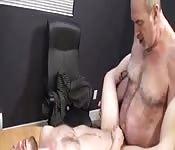 Un viejo guarro embiste a un joven por el culo