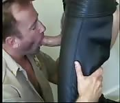 Typ in Uniform gibt Adonis in Lederhose Blowjob