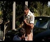 Latino en uniforme recibe mamada en público