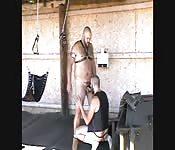 Esclavo sexual alto y robusto recibe mamada colosal