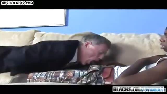 Frau wird von einem schwarzen Mann gefickt