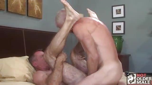 Reife schwule Männer küssen