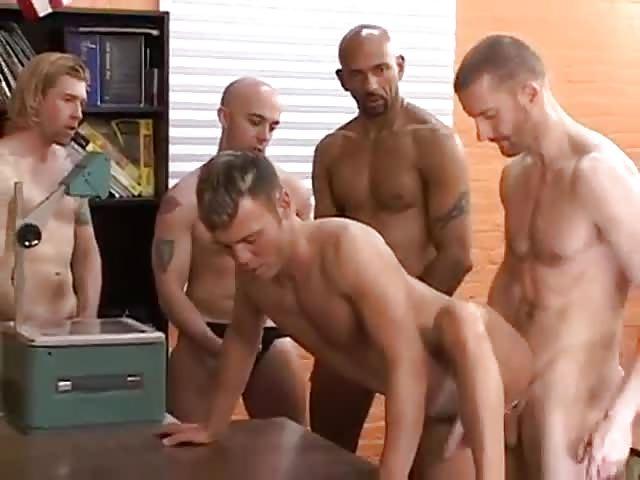 Гей секс в гимназии порно видео 7 фотография