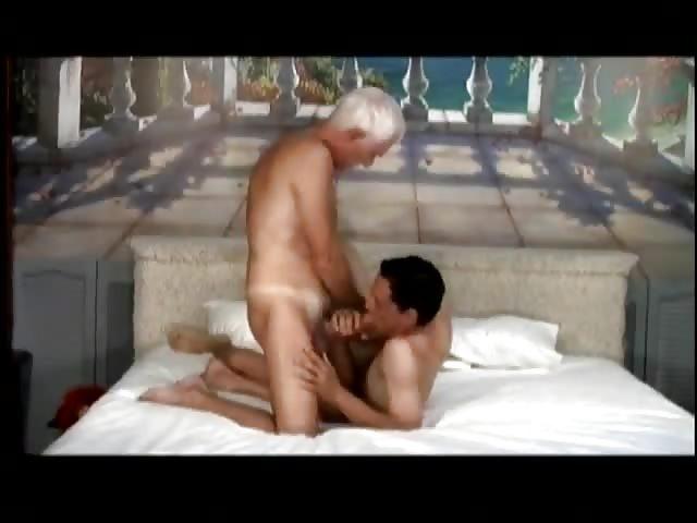 El viejo cachondo anhela la vagina joven