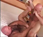 Бритый парень наслаждается жёстким анальным сексом