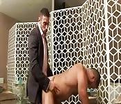 Behaarter Hengst wird von Adonis in Anzug gefickt