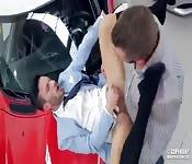 Ragazzo che vende auto scopa col cliente