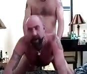 Hombre con barba disfrutando de un polvo hardcore