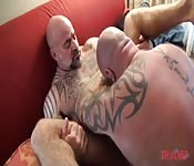 Due uomini spessi con i tatuaggi