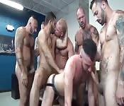 Tíos gays cachondos follan en una orgía loca