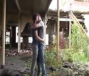 Ligando en un edificio abandonado