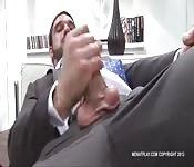 Un homme d'affaire qui se branle