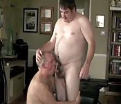 Tío gordo se folla a su novio maduro con la cara