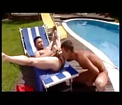 Deux garçons de piscine baisent