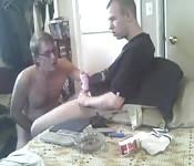 Hombre mayor seduce a jovencito