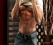 Modelo súper-musculoso posando para en una sesión