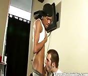 Slanke zwarte man neukt zijn kamergenoot
