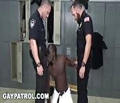Un tizio nero fa una pompa a dei poliziotti