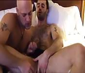 Tätowierter Adonis fingert seinem behaarten Lover den Arsch