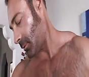 Fisiculturista peludo se masturbando