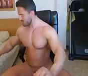 Bodybuilder sitzt da und wichst