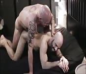 Un uomo pelato si fa scopare il culo