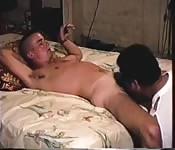 Joven gay recibe una buena mamada