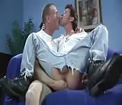 Mec sexy en jeans se fait doigter le cul