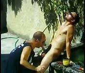 Oso gordo recibe en el jardín