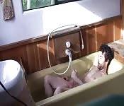 Un bel barbuto si masturba nella vasca