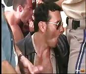 Сексуальный гей полицейский наслаждается хардкорной групповухой