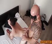 Atletas tatuados na foda anal quente na cama