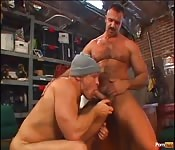 Serviço anal e bucal na garagem