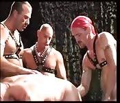 Mec sans inhibitions dans orgie hardcore