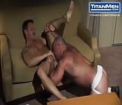 Un uomo maturo scopa il suo amante con la lingua