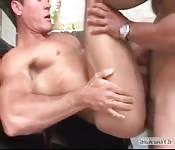 Un uomo latino spesso si fa scopare nel culo