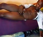 Garanhão negro delicioos se masturbando na sua cama