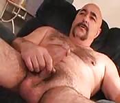 Gordinho de bigode masturbando na sala de casa