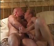 Ado blond cochon joue avec la queue de son amant plus vieux