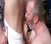 Perverser grauhaariger Kerl lutscht Teenielover den Schwanz