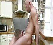 Guarro tío cachas se hace comer el rabo en la cocina