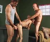 Lüsterner alter Mann hat mit zwei heißen Typen Sex