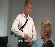 Zakenman wordt gepijpt door blonde twink