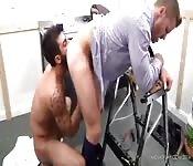 Tätowierter Adonis leckt das Arschloch seines Lovers