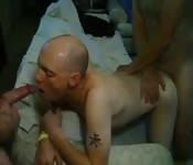 Dreckiger reifer Mann hat perversen Spaß zu dritt