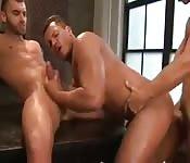 Exquisito hombre cubierto de aceite tiene sexo cochino con dos tíos