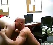 Wilder reifer Kerl fickt Teenie mit der Zunge