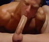 Tío sexy gay se traga una polla monstruosa