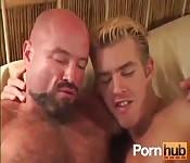 Glatzköpfiger und haariger reifer Mann fickt einen blonden Typen