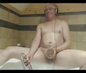 Abuelo se menea su pequeña polla